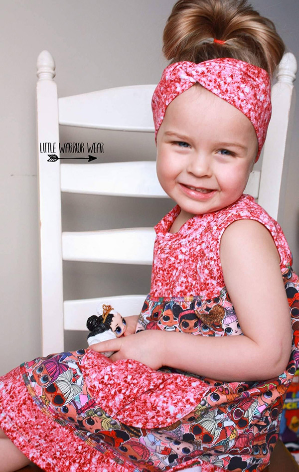 ett barn med symönster hårband