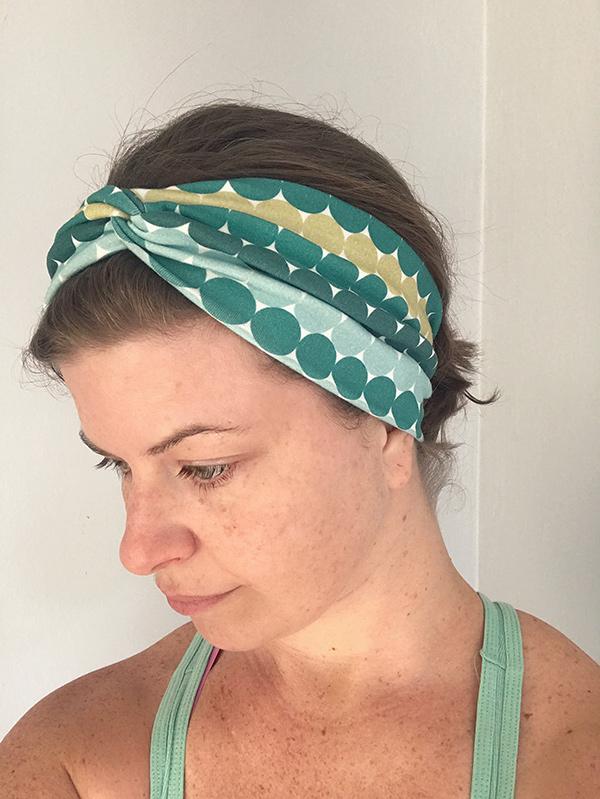 symönster hårband på en kvinna
