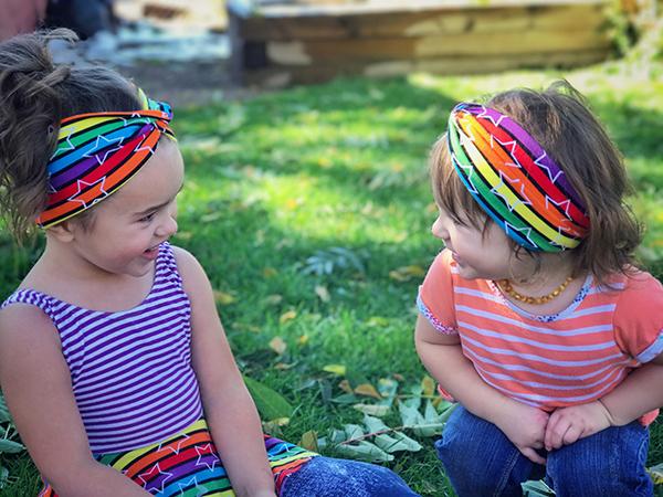 barn med hårband