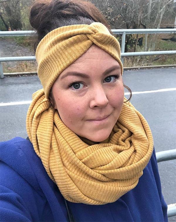 symönster hårband halsduk på kvinna