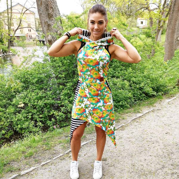 snygg kvinna som bär en snygg klänning