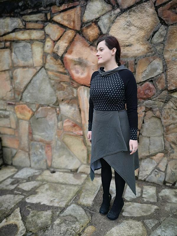 kvinna som bär en cool svart klänning