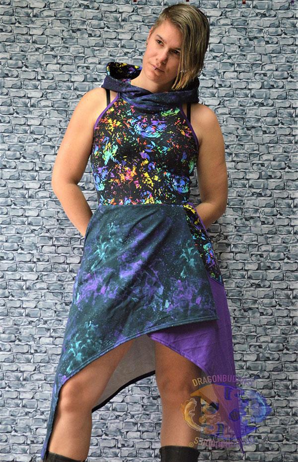 cool kvinna som bär en häftig klänning