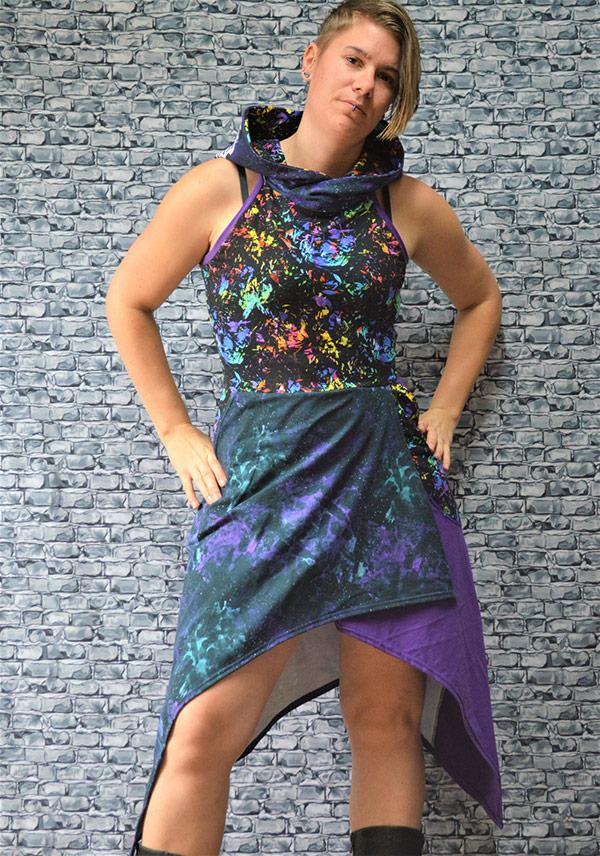 cool kvinna som bär en snygg lila blå klänning