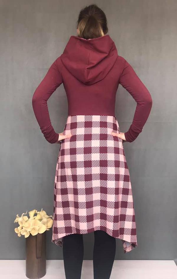 kvinna som bär snygg och cool röd rutig klänning