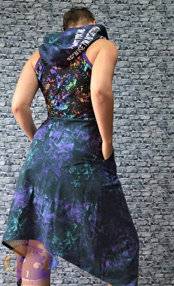 ryggen på en cool kvinna som bär en häftig klänning