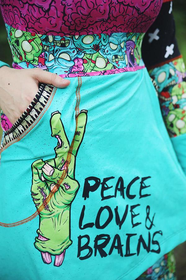 fickan på en klänning peace love brains
