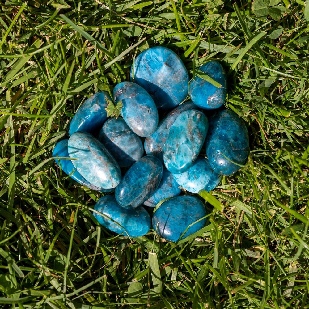 blå apatit trumlade stenar